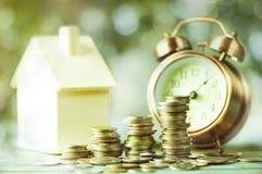 Куча денег, монеток растя вверх, концепции в деле о займе, продавать, финансов и покупая домой Стоковое Изображение