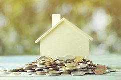 Куча денег, монеток растя вверх, концепции в деле о займе, продавать, финансов и покупая домой Стоковые Изображения