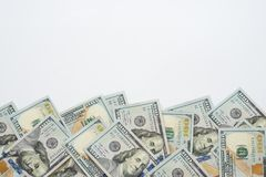 Куча 100 денег счетов доллара США на задней части белизны Стоковое Фото