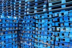Куча деревянных паллетов евро покрашенных в сини Стоковые Изображения
