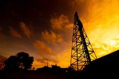 Куча Деррика на заходе солнца стоковое фото rf