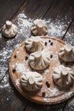 Куча домодельных сырцовых вареников khinkali закрывает вверх на деревянной деревенской таблице Стоковые Изображения