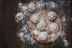 Куча домодельных сырцовых вареников khinkali закрывает вверх на деревянной деревенской таблице Стоковая Фотография