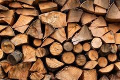 Куча древесины для нагревать Экологическое топление дома Подготавливать на зима Стоковое Изображение