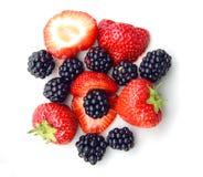 Куча ежевик и strawbeeries Стоковое Фото