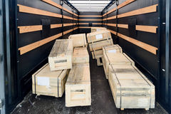 Куча деревянных клетей внутри полуприцепа груза Стоковое Фото