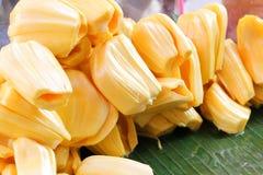 Куча джекфрута желтая бессемянная на зеленых лист банана стоковые фотографии rf