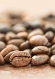 Куча зажаренного в духовке коричневого кофейного зерна Стоковая Фотография RF
