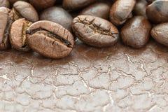 Куча зажаренного в духовке коричневого кофейного зерна Стоковые Фото