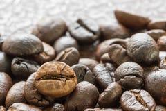 Куча зажаренного в духовке коричневого кофейного зерна Стоковое Изображение
