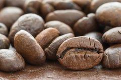 Куча зажаренного в духовке коричневого кофейного зерна Стоковое Изображение RF