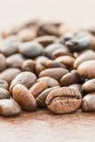 Куча зажаренного в духовке коричневого кофейного зерна Стоковые Изображения