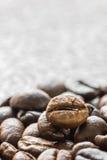 Куча зажаренного в духовке коричневого кофейного зерна Стоковые Изображения RF