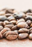 Куча зажаренного в духовке коричневого кофейного зерна Стоковая Фотография
