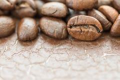 Куча зажаренного в духовке коричневого кофейного зерна Стоковое Фото