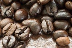 Куча зажаренного в духовке кофейного зерна Стоковые Фотографии RF