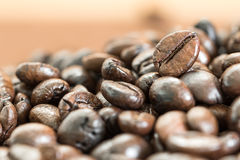 Куча зажаренного в духовке кофейного зерна Стоковое фото RF
