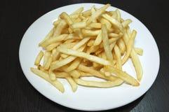 Куча зажаренной картофельной стружки вставляет на блюде Стоковые Фотографии RF