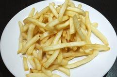 Куча зажаренной картофельной стружки вставляет на блюде Стоковое Фото