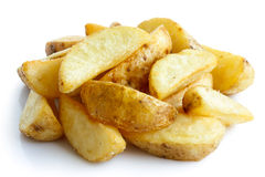 Куча зажаренных клин картошки на белизне Стоковые Изображения