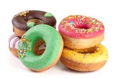Куча застекленных donuts изолированных на белой предпосылке Стоковые Изображения RF