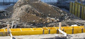 Куча земли и размежевывание наружных стен дома в жуликах стоковое изображение