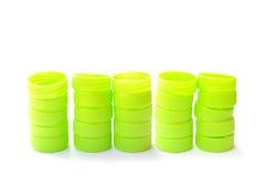 Куча зеленой пластичной крышки бутылки на белой предпосылке Стоковое фото RF
