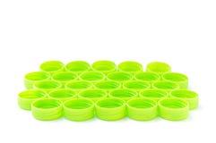 Куча зеленой пластичной крышки бутылки на белой предпосылке Стоковая Фотография