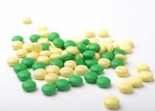 Куча зеленых и желтых пилюлек медицины Стоковая Фотография