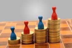 Куча золота монеток с диаграммой пешек концепции успеха Стоковые Фото