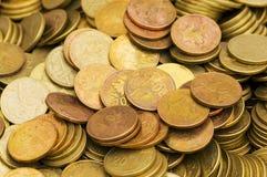 Куча золотистых изолированных монеток Стоковая Фотография