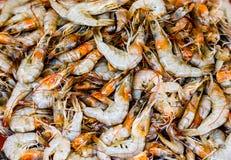 Куча золотых белых морепродуктов омара креветки креветок для продажи в рыбном базаре Стоковая Фотография RF