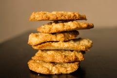 Куча золотых коричневых домодельных печений овсяной каши Стоковое Изображение
