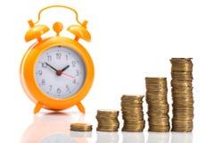 куча золотых монеток и оранжевого будильника Стоковое Изображение RF