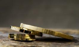 Куча золотых монеток различных размеров на нейтрали запачкала предпосылку стоковые фотографии rf