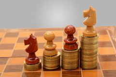 Куча золотых монеток с шахмат - концепцией успеха Стоковое Изображение RF