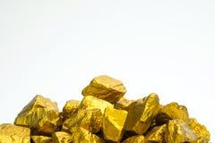 Куча золотых самородков или руда золота на белой предпосылке, драгоценный камень или шишка золотой концепции камня, финансовых и  стоковые изображения