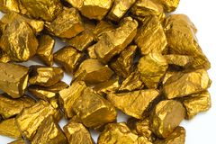 Куча золотых самородков или руда золота на белой предпосылке, драгоценный камень или шишка золотой концепции камня, финансовых и  стоковое изображение