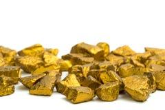 Куча золотых самородков или руда золота на белой предпосылке, драгоценный камень или шишка золотой концепции камня, финансовых и  стоковые фотографии rf