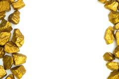 Куча золотых самородков или руда золота на белой предпосылке, драгоценный камень или шишка золотой концепции камня, финансовых и  стоковое фото rf