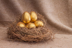 Куча золотого пасхального яйца в гнезде Стоковое Изображение