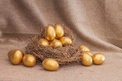 Куча золотого пасхального яйца в гнезде Стоковая Фотография