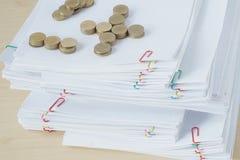 Куча золотых монеток на куче обработки документов перегрузки Стоковая Фотография