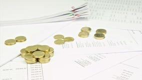 Куча золотых монеток на промежутке времени учета финансов видеоматериал