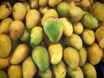 Куча зрелых сладостных желтых манго Стоковая Фотография