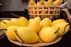 Куча зрелых желтых манго в корзине Стоковая Фотография RF