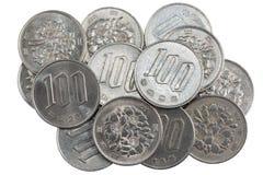 Куча 100 иен чеканит японские деньги Стоковая Фотография RF