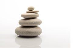 Куча камней на белых предпосылке и refflection Стоковое Фото