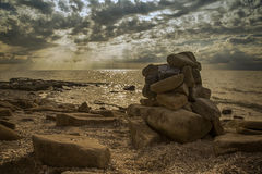 Куча камней на предпосылке моря Стоковое Изображение RF