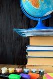 Куча книг, глобуса, красок и highlighters Стоковое фото RF